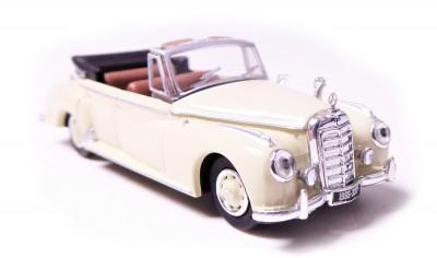 Brekina 38327: RICKO: Mercedes Benz 300 C бежевый